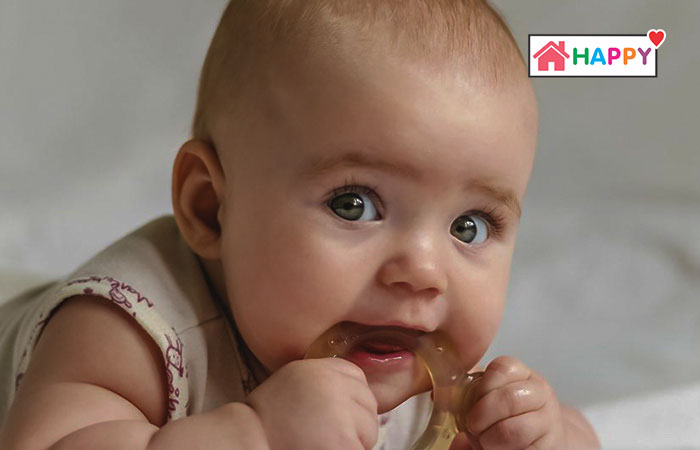 Trẻ đang mọc răng cũng có thể gây ra hiện tượng nóng ở đầu