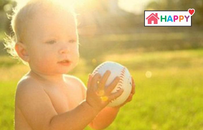 Cho trẻ phơi nắng hàng ngày để hấp thụ nhiều Vitamin có lợi cho cơ thể